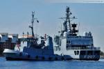 Schlepper Knechtsand (Y 814) und die Fregatte Bremen (F 207)