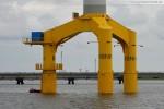 Nearshore-Windkraftanlage Bard VM (5.0) mit der Kraftwerksbaustelle