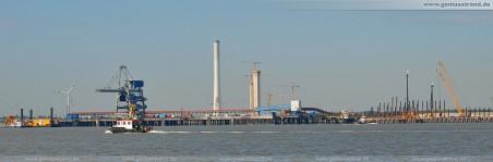 JadeWeserPort: Die Niedersachsenbrücke, im letzten Drittel des Bildes rechts die südlichste Ecke der Stromkaje