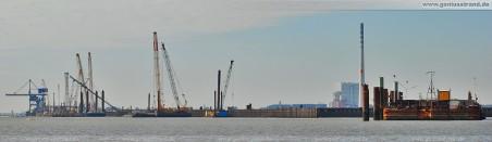 JadeWeserPort: Gesamtansicht der 1.725 Meter langen Stromkaje (Blick von der nördlichsten Ecke), rechts die Mibau-Barge