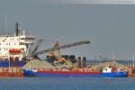 Das Frachtschiff Hogeland hat an der Mibau-Barge festgemacht
