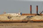 Das Passagierschiff Helgoland fährt an der JadeWeserPort-Baustelle vorbei