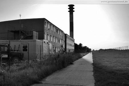 Leuchtturm Oberfeuer Voslapp und die Bürocontainer der ARGE JadeWeserPort