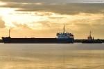 Frachtschiff Gorky und der Schlepper Bär vor der Seeschleuse in Wilhelmshaven