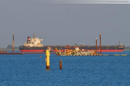 Der Bulkcarrier Ocean Commander beim Einlaufen, davor der Saugbagger M 30