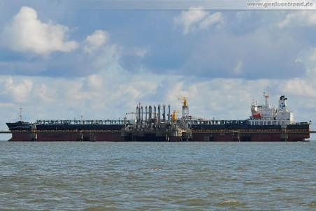 Tanker New Challenge an der Raffineriepier in Wilhelmshaven