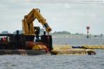 JadeWeserPort - Arbeitsschiff Coastal Hunter - Arbeiten an der Schwimmleitung