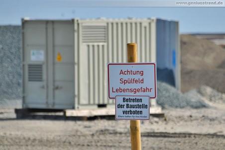 Warnschild auf der Baustelle JadeWeserPort: Achtung Spülfeld Lebensgefahr
