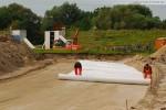 Gleisanbindung JadeWeserPort: Sorgfältig wird das Geotextil verlegt