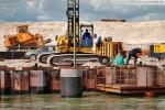 Hauptkaje JadeWeserPort: Die Rohrgurte werden gereinigt