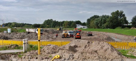 Baustelle Autobahnanbindung JadeWeserPort - Niedersachsendamm (links), Flutstraße (gelbe Absperrung)