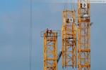Kraftwerksbaustelle: Ein Liebherr Turmdrehkran wird aufgebaut