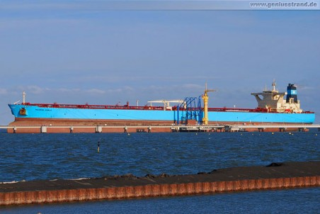 Supertanker Maersk Noble an der NWO-Pier in Wilhelmshaven