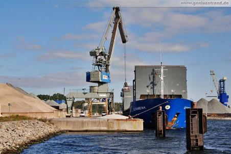 Das Frachtschiff Elisabeth K. löscht 3.500 t Salz am Lüneburgkai