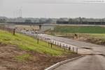 JadeWeserPort: Blick vom neuen Deichweg in Richtung Eisenbahnbrücke