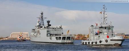 Die Fregatte Emden (F 210) mit Schlepper Wal & Scharhörn im Großen Hafen beim Schleife fahren