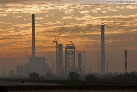 Die Kraftwerks-Großbaustelle GDF Suez in Wilhelmshaven am Morgen