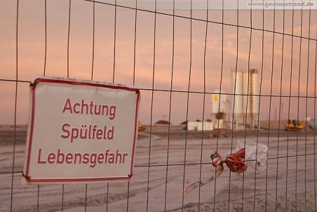 Warnschild am Bauzaun des JadeWeserPorts: Achtung Spülfeld Lebensgefahr