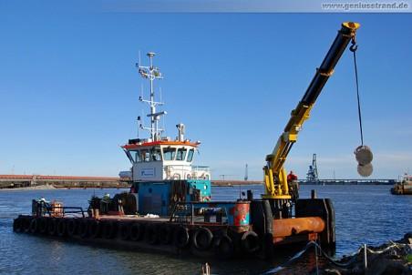 Das Mehrzweck-Arbeitsboot Coastal Warrior beim verladen von Ersatzteilen