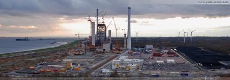 Die GDF Suez Kraftwerksbaustelle, links Tanker Songa Julie (NWO-Löschbrücke), rechts die Kohlehalde (Rhenus Midgard)