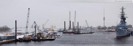 Jadeweserport: Arbeitsplattformen und Wasserbaufahrzeuge im Innenhafen