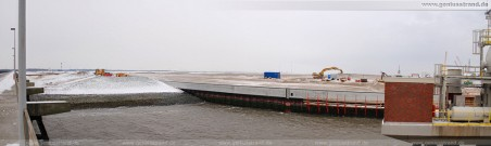 Baustelle JadeWeserPort: Blick auf die südliche Flügelwand und den daran angrenzenden Süddamm