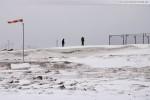 Vor der winterlichen Baustelle JadeWeserPort in Wilhelmshaven