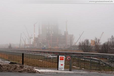Die im Nebel liegende GDF Suez Kraftwerksbaustelle