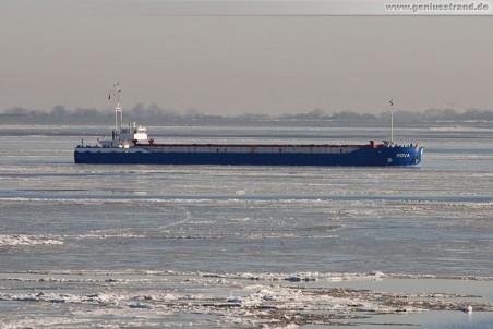 Das Frachtschiff Rova löscht in Wilhelmshaven 2.800 t Splitt