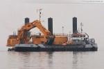 JadeWeserPort: Pontonbagger gräbt Lauenburger Ton aus der Zufahrtsrinnne