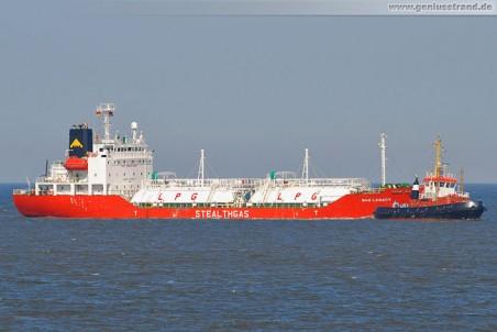 Tanker Gas Legacy und Schlepper Bär
