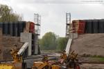 JadeWeserPort: Entlang an der teilweise abgerissen Lärmschutzwand