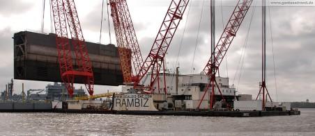 Wilhelmshaven: Schwimmkran Rambiz hievt ein Schleusentor aus dem Wasser