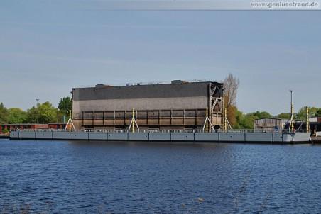 Wilhelmshaven: Der Hebeponton mit Schleusentor im Ausrüstungshafen