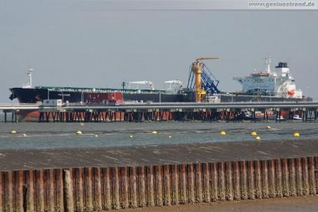 Tanker Pelagos an der NWO-Löschbrücke in Wilhelmshaven