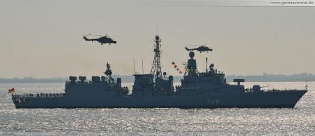 Die Fregatte Emden (F 210) in Begleitung zweier Super Lynx (83+05/83+20) Marinehubschrauber