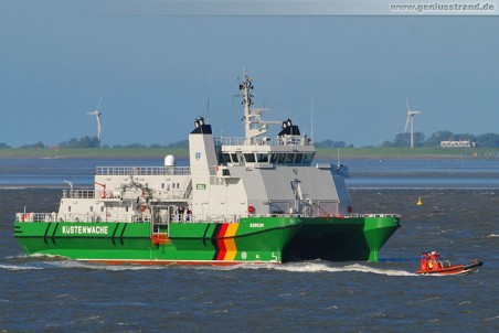 Das SWATH-Zollkreuzer Borkum mit Tochterboot auf der Jade