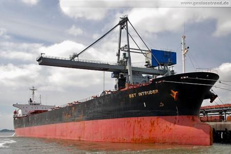 Frachtschiff Bet Intruder löscht 69.000 t Steinkohle
