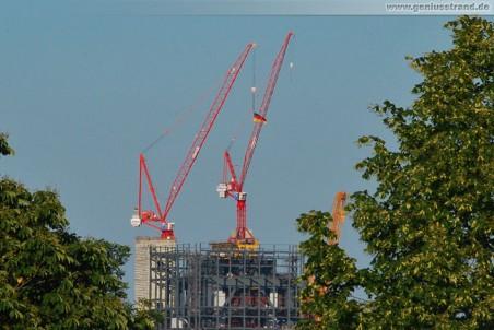 Fussball-WM 2010: In über 130 Metern Höhe hängt die Deutschlandflagge