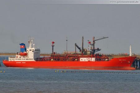 Tanker Coral Pavona an der Ineos Löschbrücke