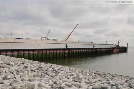 JadeWeserPort: Die südliche Flügelwand vom Containerhafen JWP