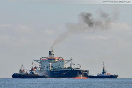 Tanker Delta Sailor und vier Schlepper