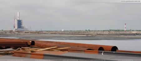 JadeWeserPort: Kraftwerksneubau, Leuchtturm Oberfeuer Voslapp und das Spülfeld im Vordergrund