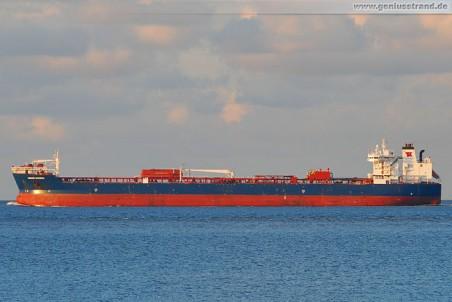 Tanker Navion Scandia im Jadefahrwasser
