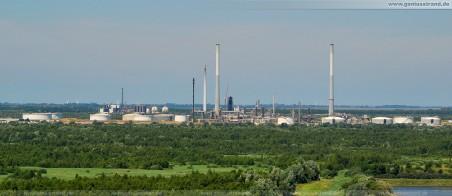 Wilhelmshavener Raffineriegesellschaft (WRG) ConocoPhillips - Die zerstörte Destillationsanlage (schwarz) in der Bildmitte