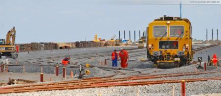 Gleisbauarbeiten an der 16-gleisigen Vorstellgruppe des JadeWeserPort