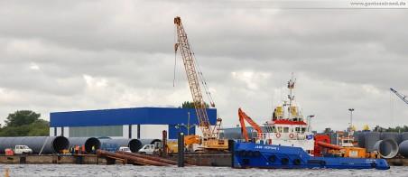 GDF Suez Kraftwerkskühlung: Die HDPE-Rohre werden in kürze über die Ablaufbahn ins Hafenbecken gezogen