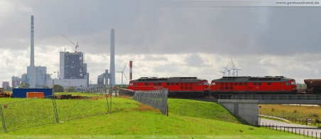 JadeWeserPort: Ein Güterzug beliefert die Gleisbaustelle der zukünftigen 16-gleisigen Vorstellgruppe am JadeWeserPort