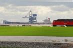 JadeWeserPort: Ein Güterzug beliefert die Gleisbaustelle der Vorstellgruppe