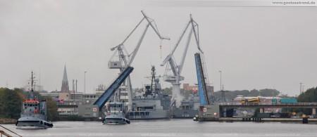 Doppelklappbrücke Jachmannbrücke am Marinearsenal, davor Marineschlepper Vogelsand (Y 816) und Scharhörn (Y 815)